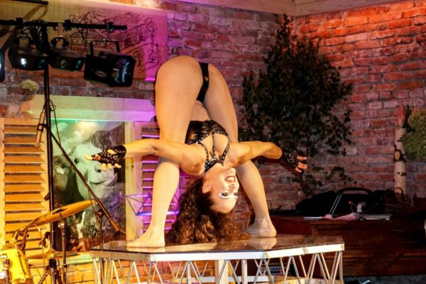 Biker-Burlesque Kontorsion 02